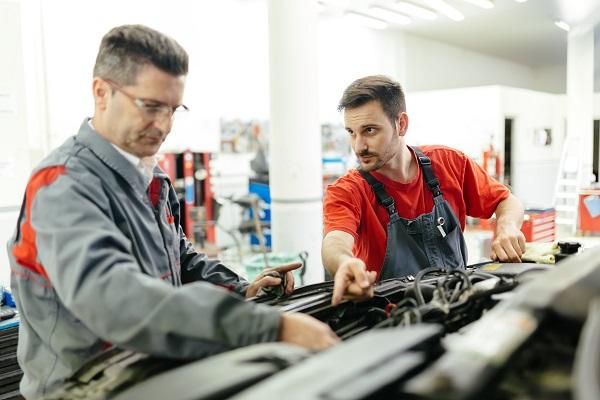 يمكن إصلاح سيارتك إما عن طريق الوكيل الرسمي لسيارتك أو عن طريق وكالة غير معتمدة من قبل مزود التأمين الخاص بك