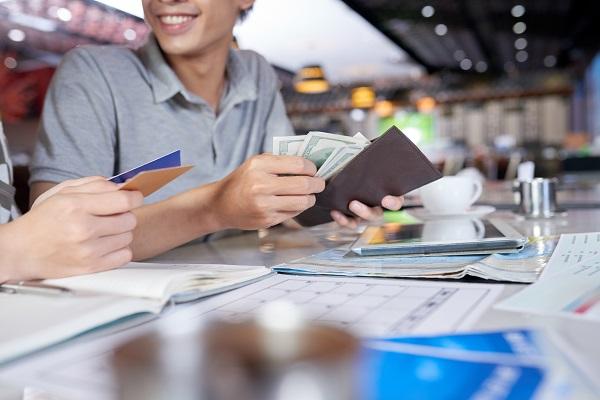 قسط تأمين السيارة هو مبلغ ثابت يُدفع عادة في وقت محدد عند توقيع العقد