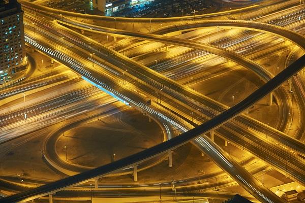 الطرق السريعة ذات المسارين هي الأسوأ فيما يتعلق بالوهج الليلي
