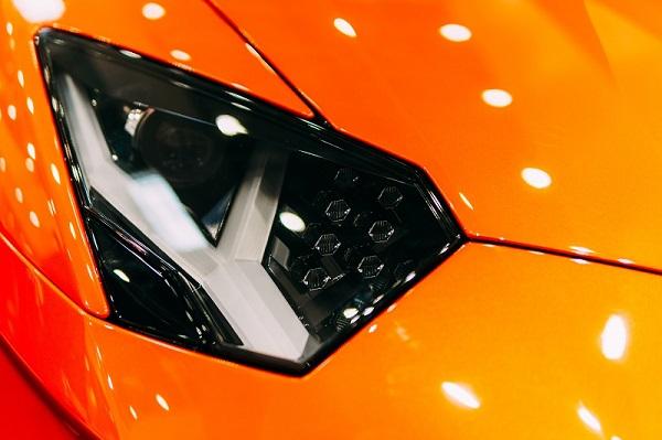 قم بتنظيف جميع مصابيح السيارة؛ الأمامية والخلفية والخاصة بالإشارة حتى ترى جيدًا عند القيادة في الليل
