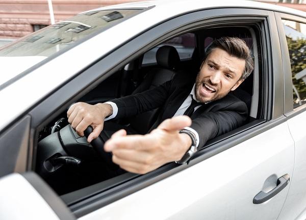 ابذل قصارى جهدك للابتعاد عن السائق الغاضب إذا اقترب منك لا تضع عينك في عينه، ولا تحاول الرد عليه