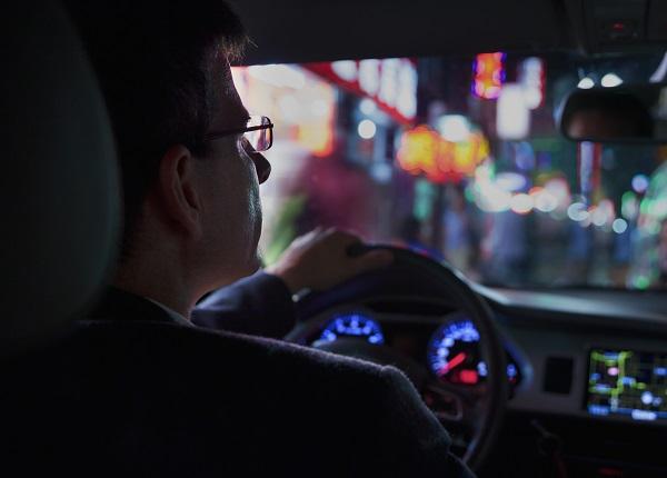 تجنب أن تبهرك الأضواء الأمامية عند القيادة في الليل وقم بخفض نظرتك إلى الأسفل واليمين، وانتبه إلى الإشارات التنبيهية