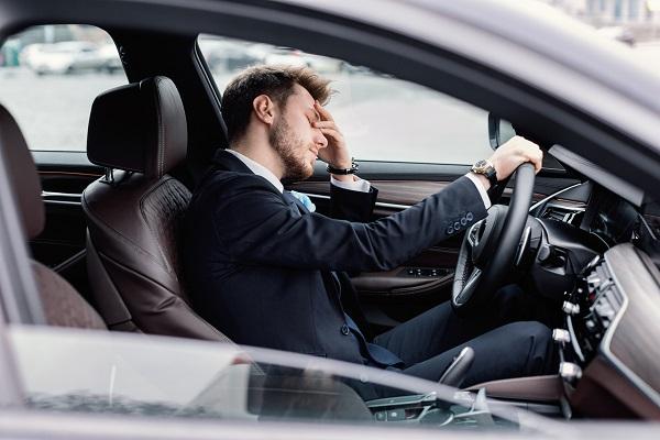 إن كنت تشعر بالتعب اخرج من السيارة، وتحرك قليلاً. استرح وتناول الطعام حتى تشعر باليقظة والراحة