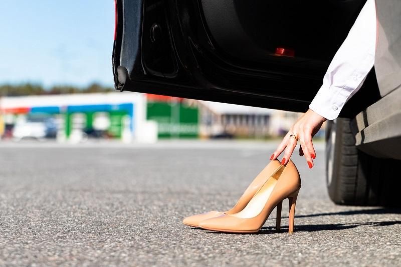 القيادة حافي القدمين والأحذية المناسبة والضارة بالقيادة