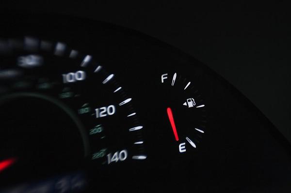 تستطيع السيارة قطع مسافة تزيد عن 16 كم ما إن يشير مقياس منسوب الوقود إلى الصفر