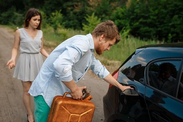 اتصل بأحد الأصدقاء أو الأقارب عند نفاذ وقود السيارة