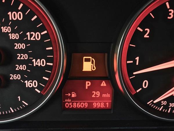 يضيء مؤشر الوقود يصل مستوى الوقود المتبقي في الخزان إلى 10% أو 15% من سعة الخزان