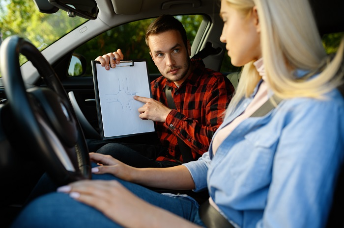 مخالفة قواعد تغيير ناقل السرعة من أسباب الرسوب في فحص القيادة
